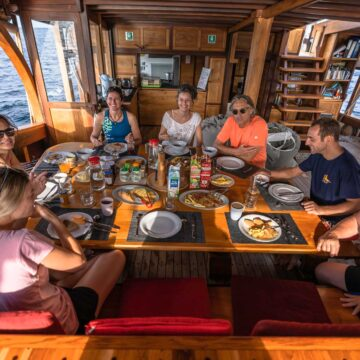 liveaboard private cruise food indonesia