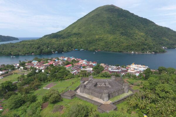 banda islands cruisingbandasea indonesia spiceislands gunungapi fortbelgica